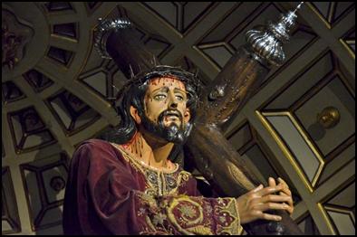 JESÚS NAZARENO ES CAMBIADO DE TÚNICA